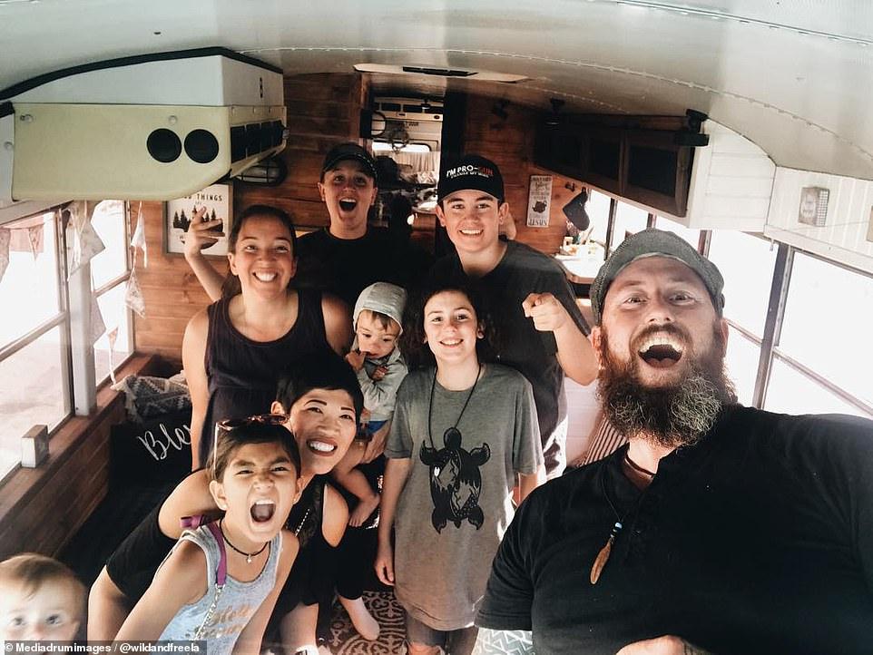 生活在路上 美国夫妇改造校车带七个孩子去旅行
