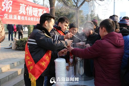 交运温馨校车志愿者推出暖心腊八粥 免费送环卫工上班族