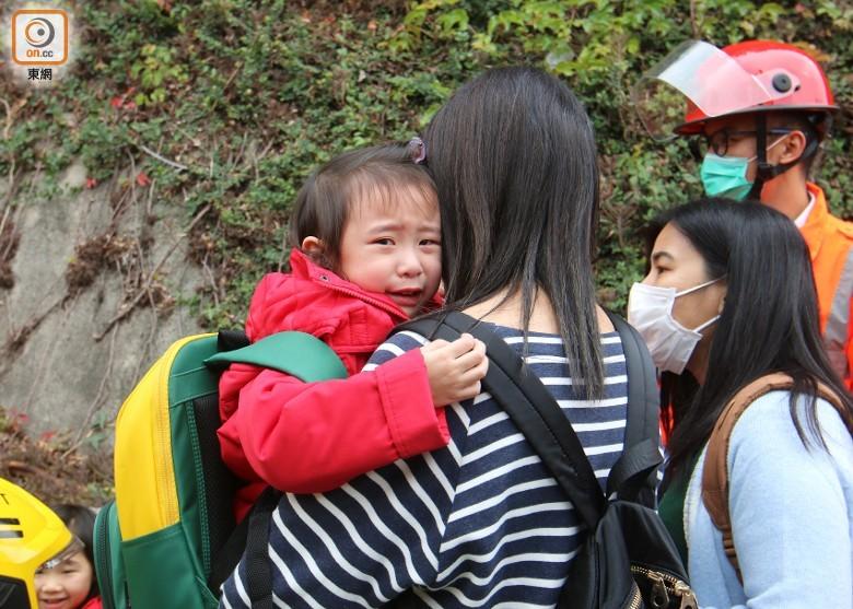 香港两校车相撞,至少15名幼儿园学生受伤