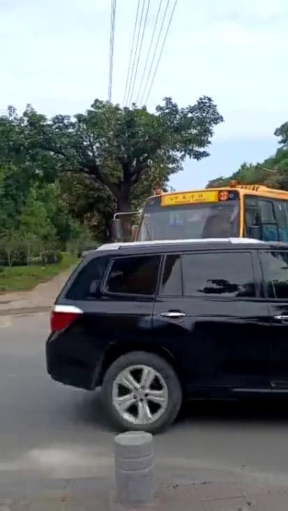 下班遇到校车,看到校车中一学生的操作,笑出猪叫
