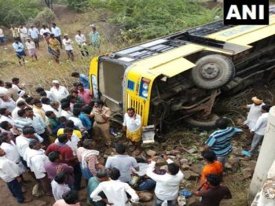印度一辆校巴翻车 致20名学生受伤6人伤势严重