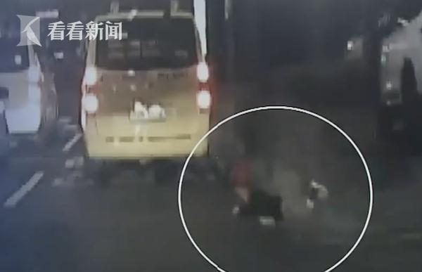 5岁女孩下校车时被门夹住 司机没注意继续拖行