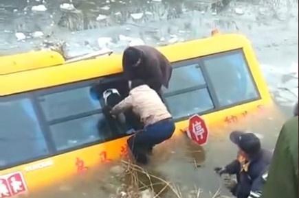 河北沧州:南皮县乌马营镇一辆校车,接送学生途中不慎落入冰水中