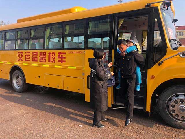 暖心!乘车学生脚受伤,校车司机背他上下学