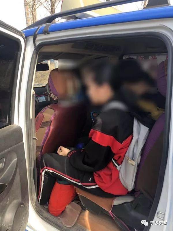宁城交警查获一起校车接送学生超员违法行为