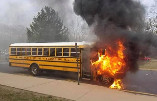 惊险!美一高中校车在全部人员下车不久后起火