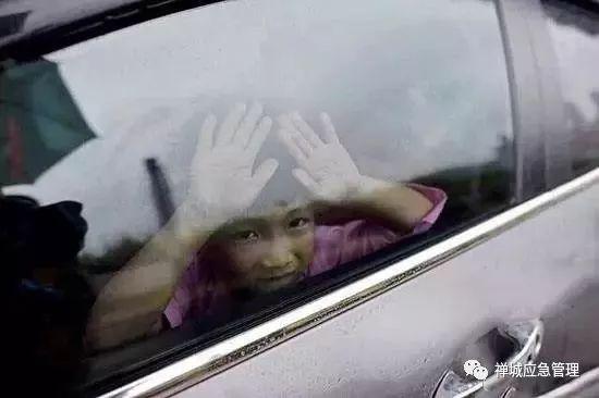 又一孩童被忘校车内身亡 !孩子这样自救最靠谱