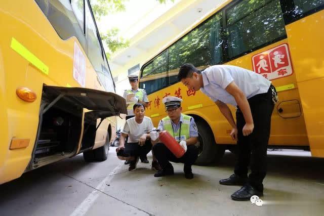 河津:开学前检查校车