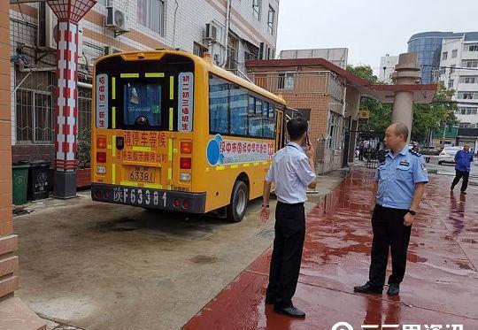 汉中国际中学校车逾期未检还不购交强险,交警责令整改