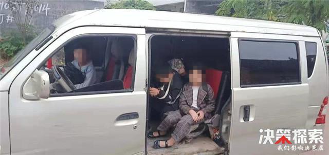 邓州:桑庄派出所查获一辆运送幼儿的超载黑校车