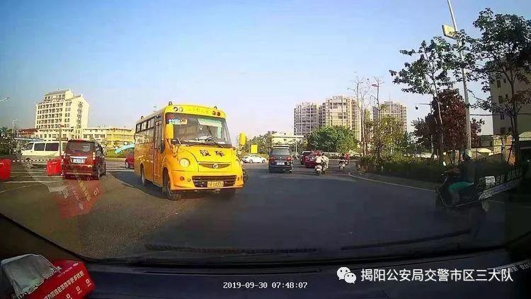 潮汕一校车被举报!为了赶时间便逆向行驶的行为让人后怕!