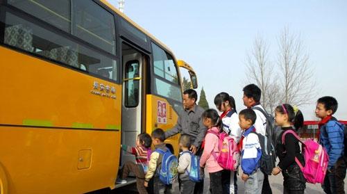 公交车和校车在同一线路,公交车可以拉线路内的学生吗?