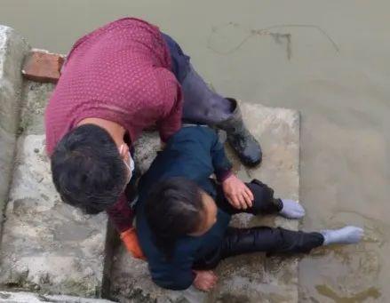 邵阳一幼儿园校车司机接孩子途中,突然下车跳入水中……