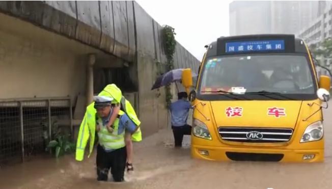 东莞暴雨36处内涝,积水最深2米,交警从抛锚校车背出5名学生