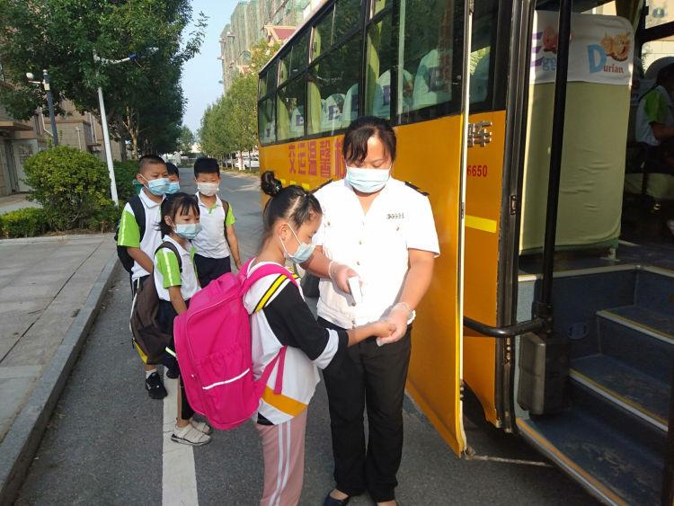 青岛:新学期,校车为平度1.8万余名学生安全护航