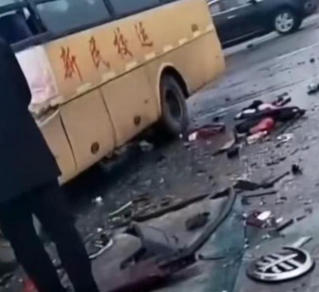 辽宁沈阳一厢式货车与校车相撞,现场路面到处是车辆残骸