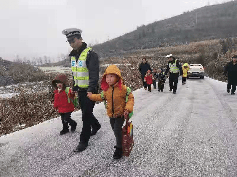 """路面冰冻打滑校车受阻,警察""""叔叔""""牵着13个孩子回家"""