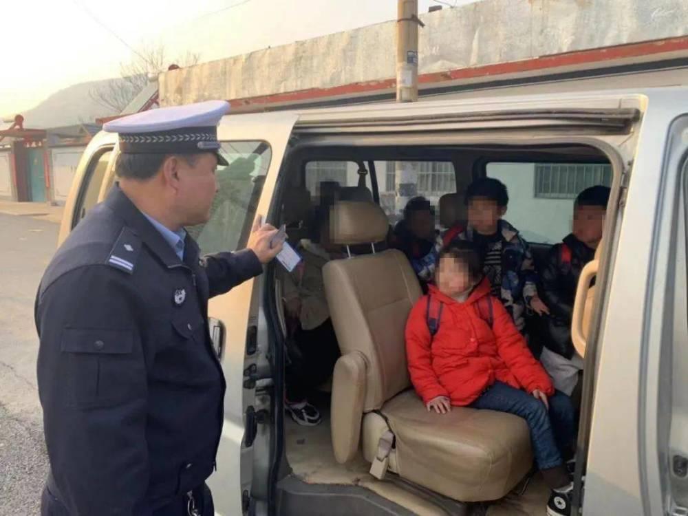 """""""校车""""接送上下学孩子,被罚款10200元,家长:没有更好的校车"""