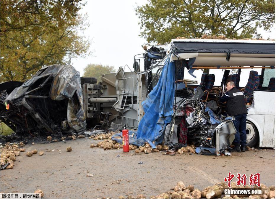 当地时间11月14日,在法国北部巴万库尔,一辆校车与一辆运输甜菜的卡车在法国北部阿拉斯附近的巴万库尔相撞,导致校车司机死亡,另有三人受伤。