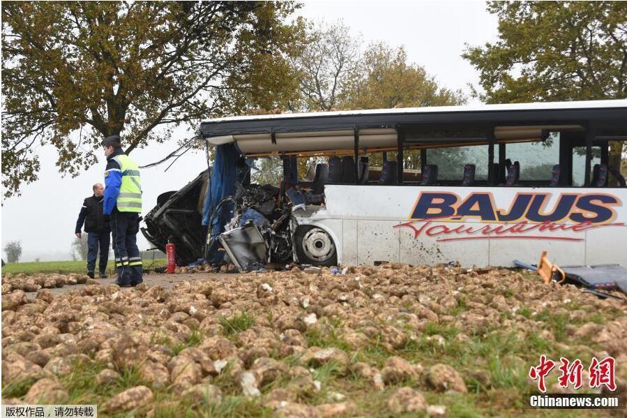 【校车图片】法国北部一校车与卡车相撞造成一死三伤