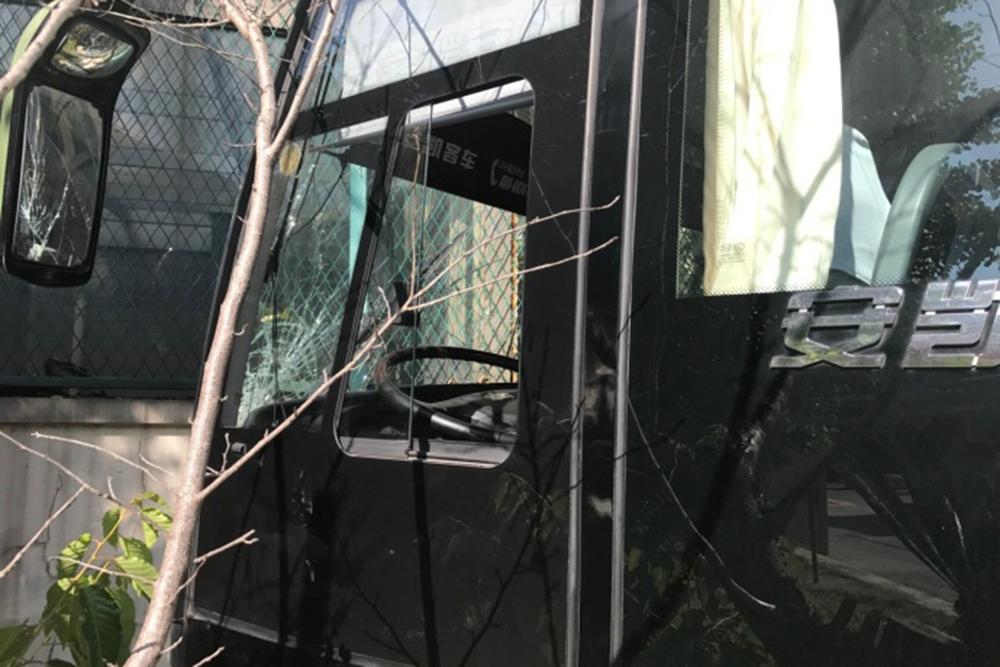 据上海闵行公安分局介绍,5月22日15时许,闵行公安分局接报警,虹梅北路一学校内发生一起交通事故,一辆校车在驶出校门时失控撞上学校围墙。接报后,警方迅速赶赴现场处置,事故中受伤的3名教师和11名学生被迅速送往医院治疗,均无生命危险。