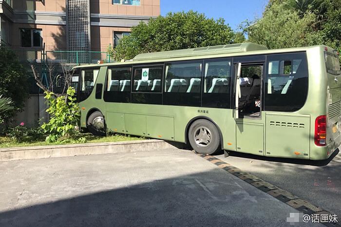 5月22日下午3点半左右,上海日本人学校一辆载有24名各年级学生的校车,在驶离学校的过程中发生事故,失控撞上校内围墙,造成3名老师受伤,十多名车上学生擦伤。校车司机是一位中年女性,有二十多年驾龄,据她透露,当时车辆存在刹车失灵的情况。