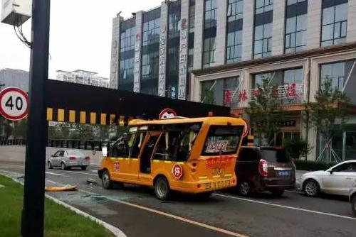 一幼儿园校车被吉林江城广场下穿隧道限高卡住了