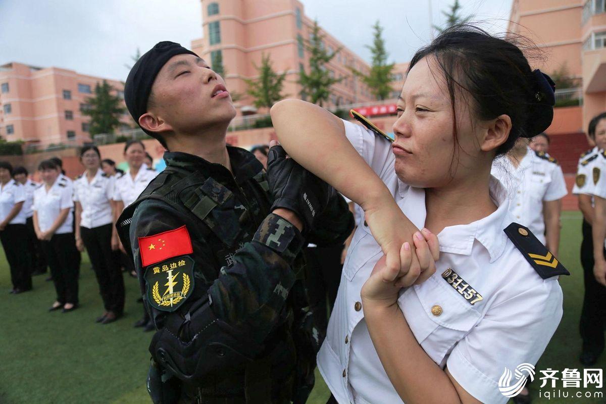 武警战士在训练交运集团青岛温馨校车有限公司黄岛分公司驾驶员和照管员擒拿格斗技术。