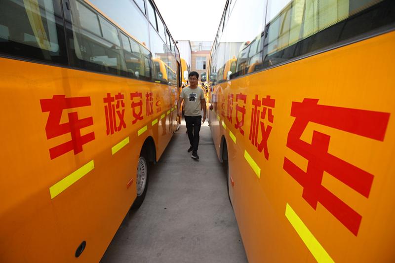 8月25日,安徽蒙城县一家校车公司驾驶员对校车进行安全检查。 日前,安徽省蒙城县交警、教育以及校车运营公司等多家单位联手对校车进行安全检查,以迎接新学期的到来。