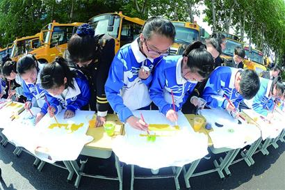 青岛农村专业校车上路六年14余万孩子享受便捷舒适