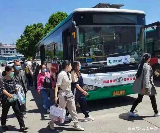 """昆明合乘公交运行一个多月,不少线路变身""""校车专线"""""""