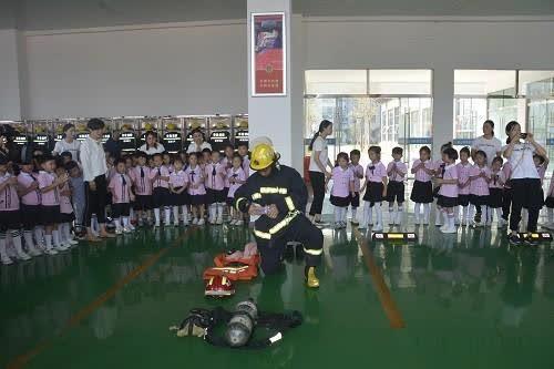 """砀山150余名幼儿园小朋友走进红门""""零距离""""体验消防"""