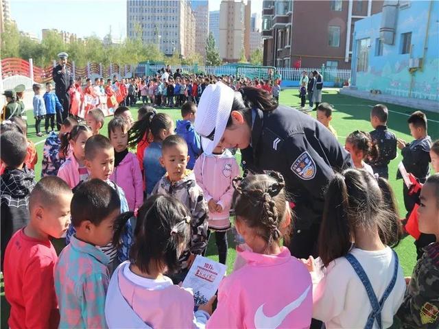 伊旗交管大队宣传民警深入幼儿园开展扫黑除恶和 交通安全知识宣讲活动