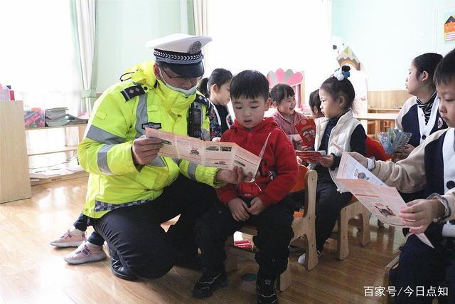 """山东滕州:交警开展""""拒绝乘坐黑校车""""交通安全宣传活动"""