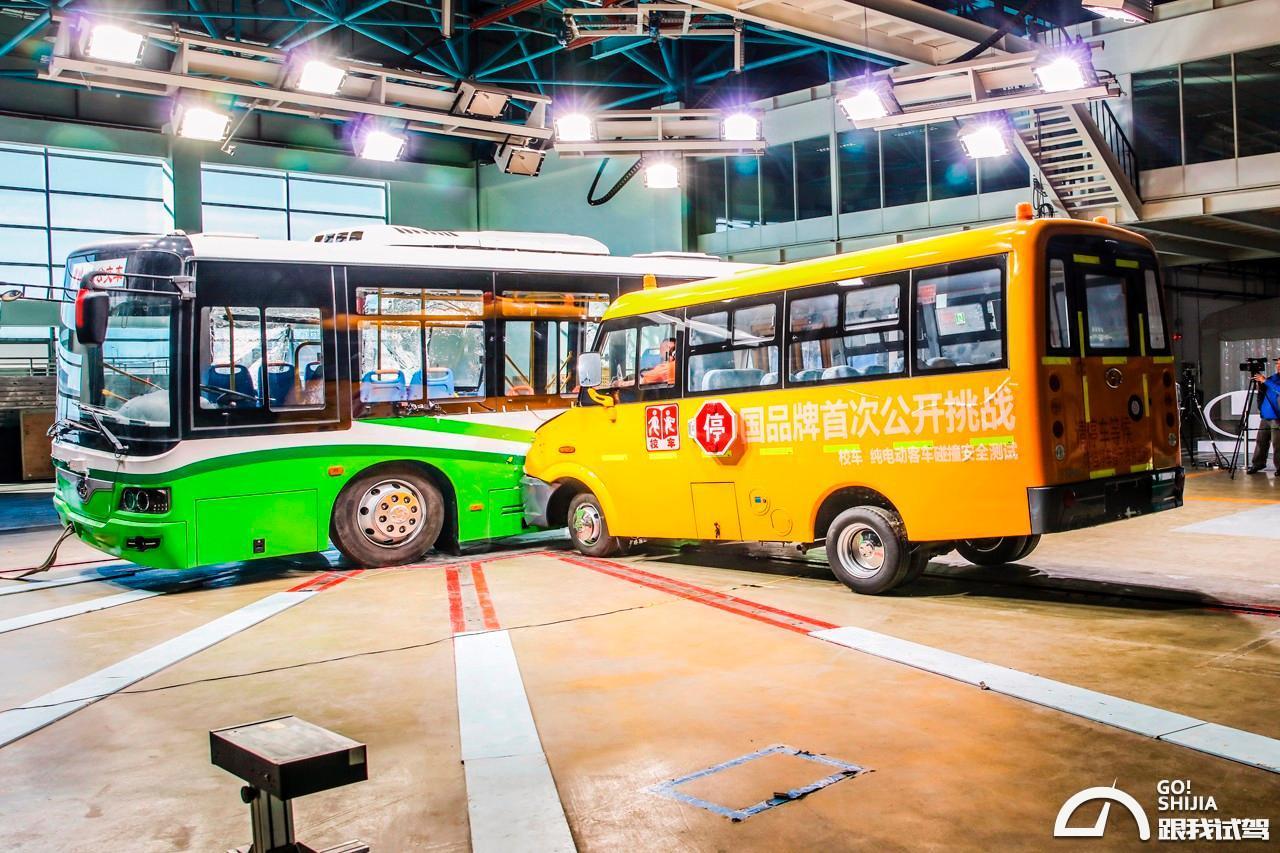 校车与大巴相撞 少林客车玩出新花招