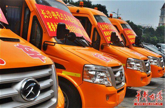 长沙梅花汽车制造有限公司制造并投入使用的新校车。