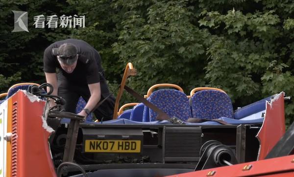 英国校车司机抄近路不顾限高 巴士车顶全被削掉